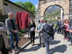 La sindaca Romina Baroni con il vicesindaco e i familiari di Lasta