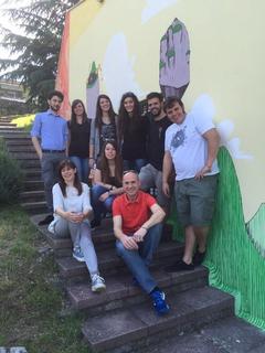 L'inaugurazione del graffito coi ragazzi che hanno partecipato
