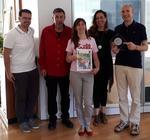 La giunta comunale, al completo, con la targa celebrativa del premio
